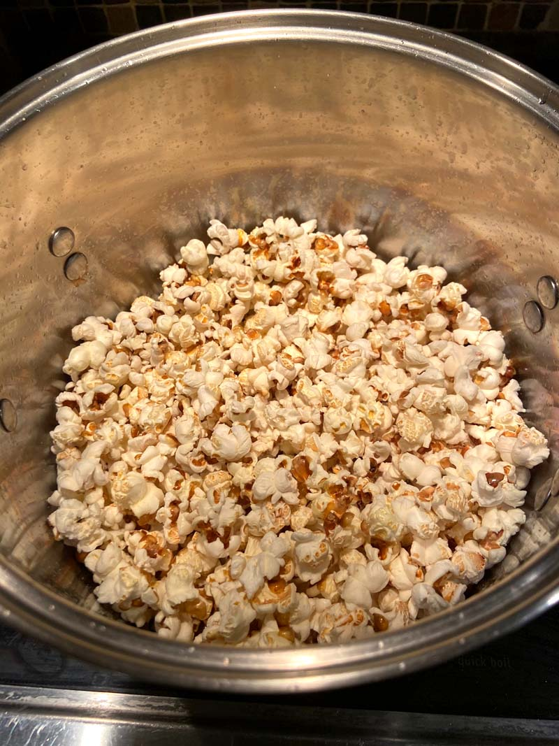 This stovetop popcorn is amazing! Learn how to make popcorn on the stove with this easy recipe! #popcorn #movienight