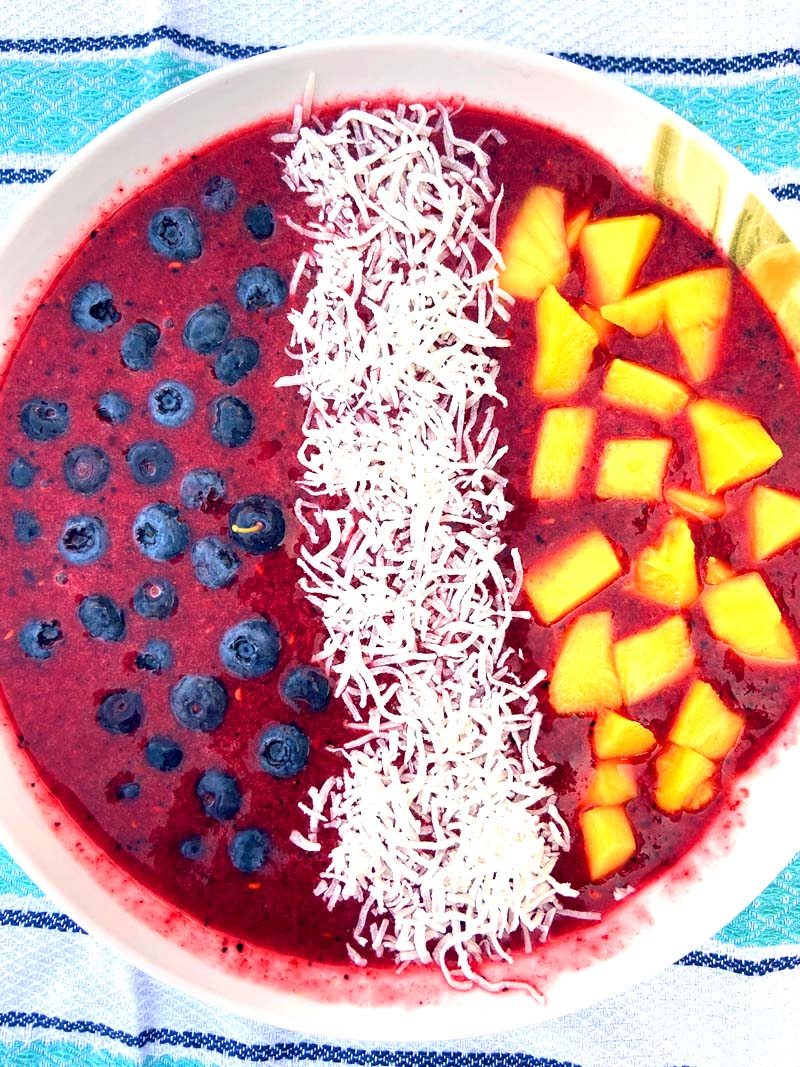 This blueberry acai coconut mango smoothie bowl is amazing! It tastes as good as it looks :) #smoothiebowl